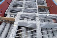 Укладка металлоконструкций в полувагоне.